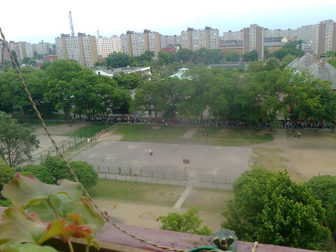 Sportpályák és az egyik játszótér a felújítás előtt, 2013-ban. A rengeteg ember amúgy ingyen muskátliért áll sorba