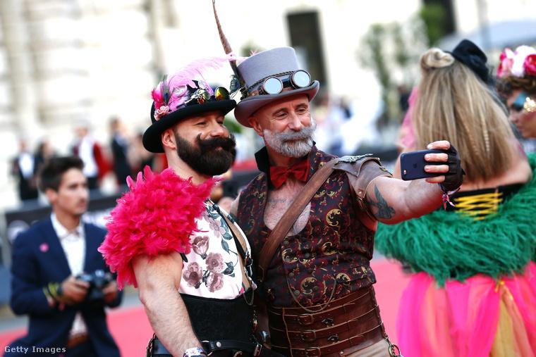 Két férfi steampunk stílusú öltözékben