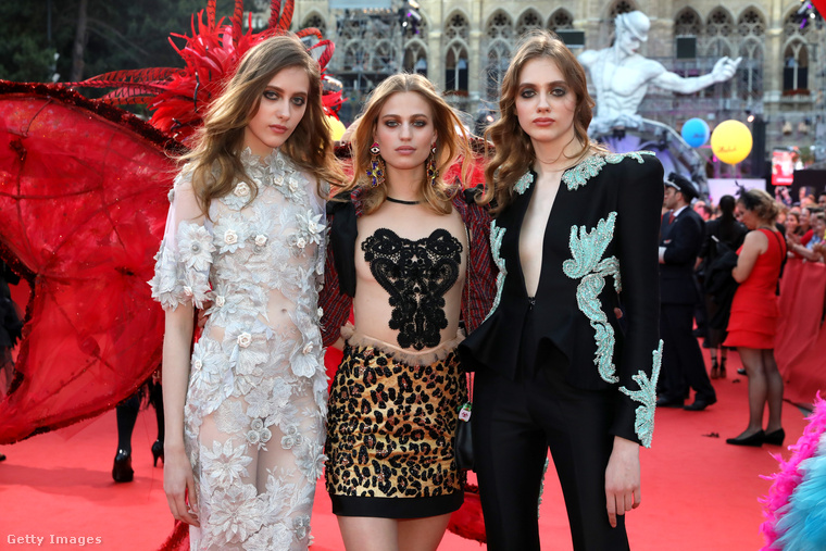 ...és egy pillangó! Mondjuk azt nem el se tudjuk képzelni, ez a három lány miért nem vidámabb ennek a forgatagnak a közepén.