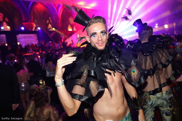 Ezeknek a kosztümöknek elvileg nem saját magukra kéne felhívniuk a figyelmet, hanem az AIDS elleni küzdelem fontosságára
