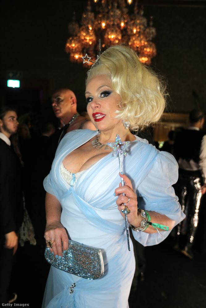 Ő Dianne Brill, foglalkozása modell, itt nyilván jótündérnek van öltözve.