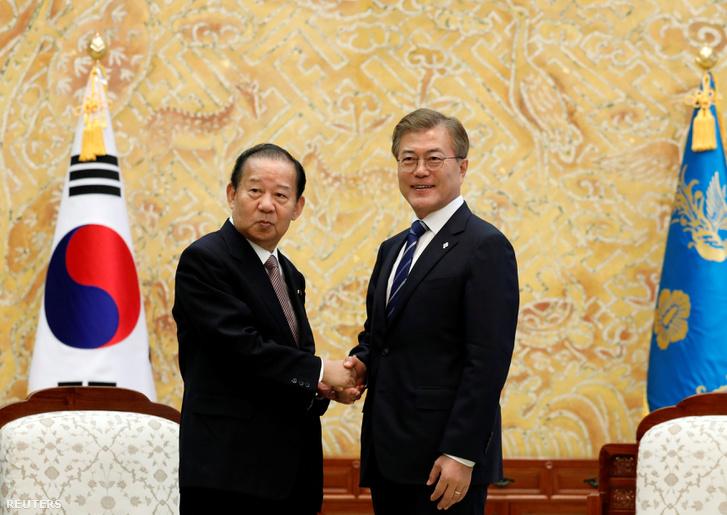 Mun Dzsein és Toshihiro Nikai a japán Liberáldemokrata Párt főtitkára Szöülban.