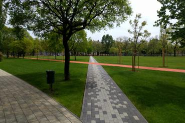 A parkot nyílegyenesen átszelő gyalogút a kitaposott ösvény vonalát követi. Az egyszerű mintával megtörték az egyhangúságát, de nem vált zavaróvá