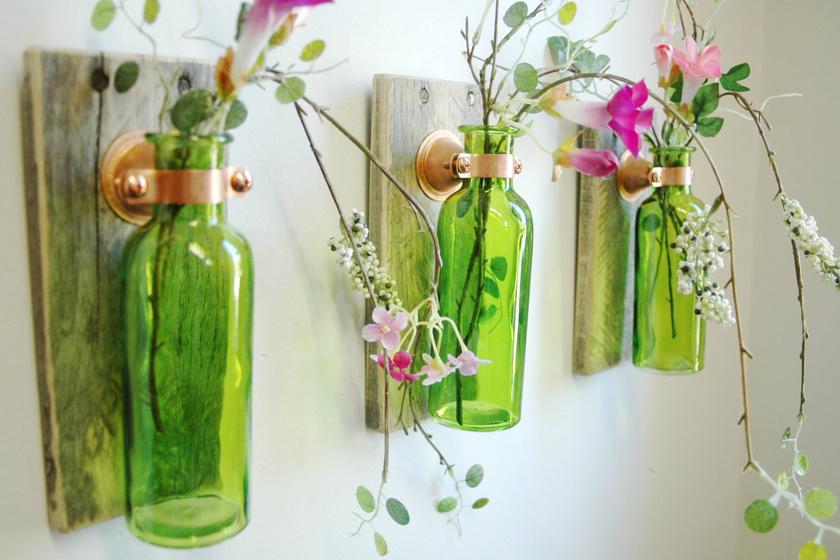 A nyakuknál fogva fafurnér lemezre erősített üvegek csinos vázaként funkcionálhatnak, akár a falra függesztve is. Használhatsz különböző méretűt és formájút.