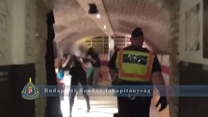 Egy jelenet a razziáról a rendőrség videójából
