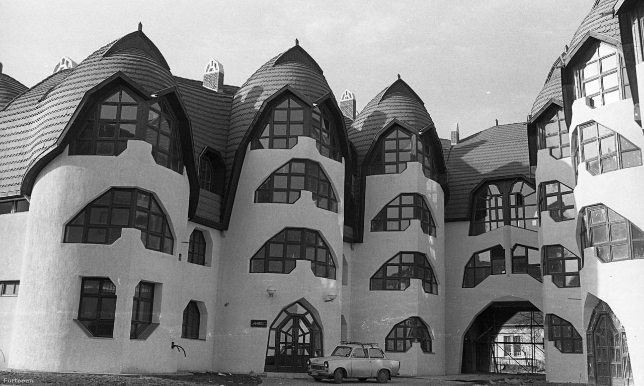 A sárospataki lakótömb igazi sikertörténet lehetett volna, ha nem a 80-as évek Magyarországán épül meg. A Makovecz Imre vezetésével, több alkotó által tervezett házak (a képen láthatók épp Nagy Ervin munkái), nem csak szebbek lettek a korabeli panel lakótelepeknél, hanem olcsóbbak is. Majdnem feleannyiból jött ki bennük egy lakás. Makovecz Imre az alacsony négyzetméterár miatt minisztériumi fegyelmit kapott.