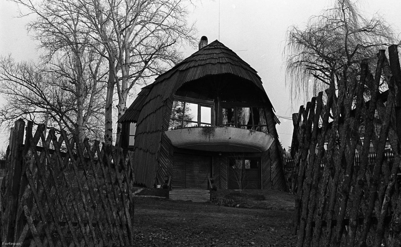 A Dóczy-ház Gödön. A család nagy tisztelője volt Makovecz munkásságának, három épületet is rendeltek tőle. A legismertebb ez a Duna-parti hétvégi ház volt.