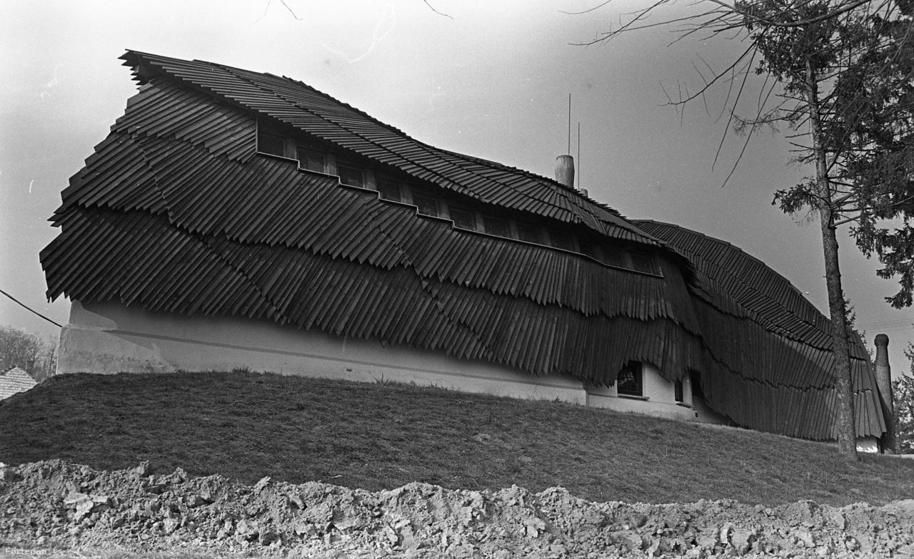 Makovecz Imre számos faluházat tervezett, az egyik legfontosabb közülük az 1985-ös baki, melyet épp az idén nyilvánítottak műemlékké.