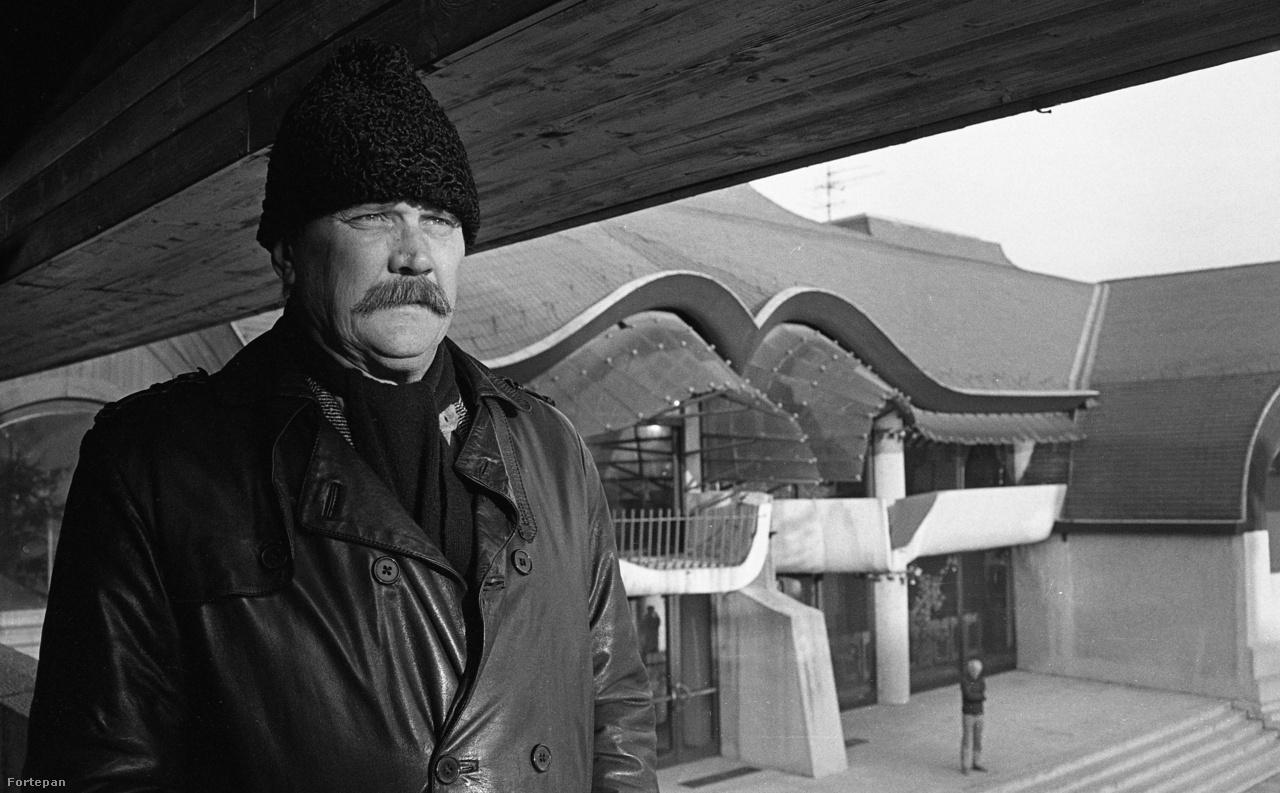 Makovecz Imre egyik fő műve, a sárospataki művelődési ház előtt. Azt mondják, az épület alaprajzát egy avarkori arany álcsat ihlette, de szemből nem nehéz benne felfedezni az emberi vonásokat sem.