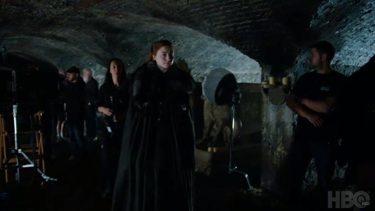 hogy a jelek szerint Sansa lemegy a családi kriptába, Ez önmagában nem jelent semmit, nagyon maximum arra lehet következtetni, hogy kicsit jobban kifejtik a Starkok történetét, vagy azt a szálat boncolgatják tovább, hogy Havas Jon valójában Targaryen, ami egy elég nagy csavar a történetben.