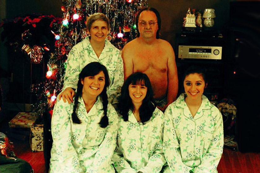 Apa szemmel láthatóan bojkottálja a család karácsonyi egyenpizsamáját.