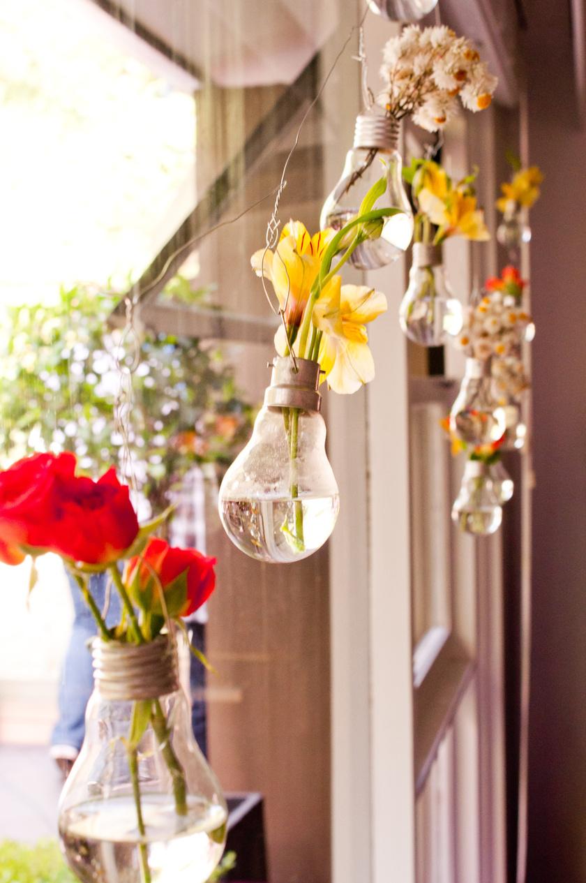 A kiégett villanykörtéből könnyen varázsolhatsz mini vázákat, amiből akár egy szép füzér is összeállhat.