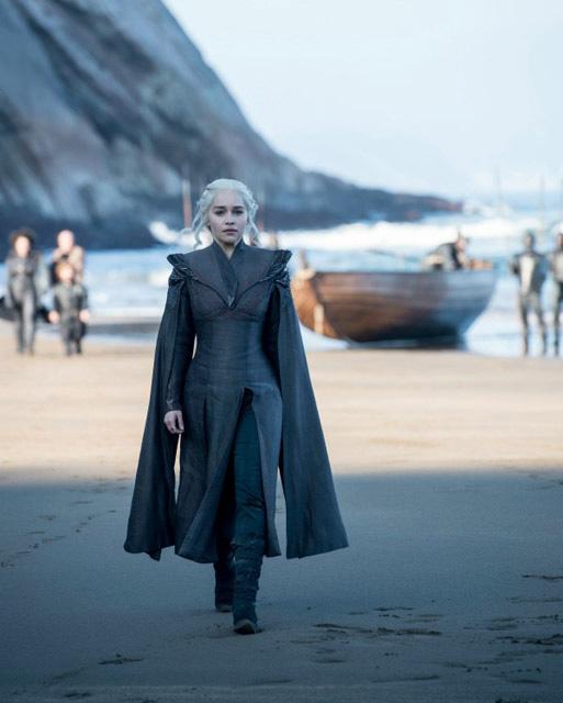Daenerys láthatóan megérkezett a Targaryen család otthonául szolgáló Sárkánykő-szigetre. Mennyi minden történt azóta, amióta az első évadban kérlelte bátyját, Viseryst, hogy vigye őt haza!