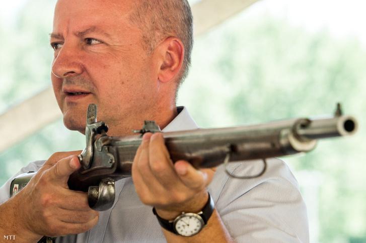 Simicskó István honvédelmi miniszter egy puskát tart a kezében az augusztusi elöltöltő-fegyveres sportlövő világbajnokságot népszerűsítő bemutatón a Tatárszentgyörgynél lévő sarlóspusztai lőtéren 2016. július 21-én.