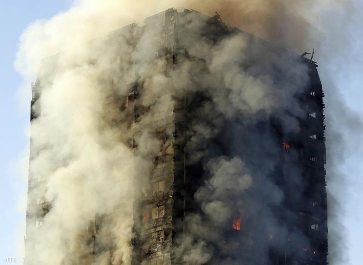 Ömlik a füst a leégett toronyházból