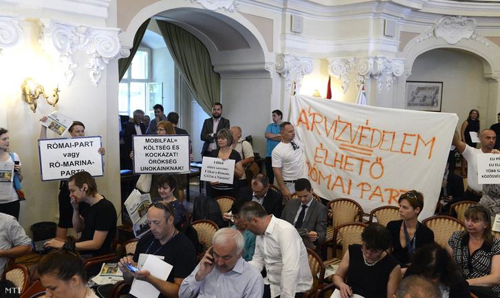 Tiltakozó civilek a Fővárosi Közgyűlés 2017. június 14-ei ülésén.