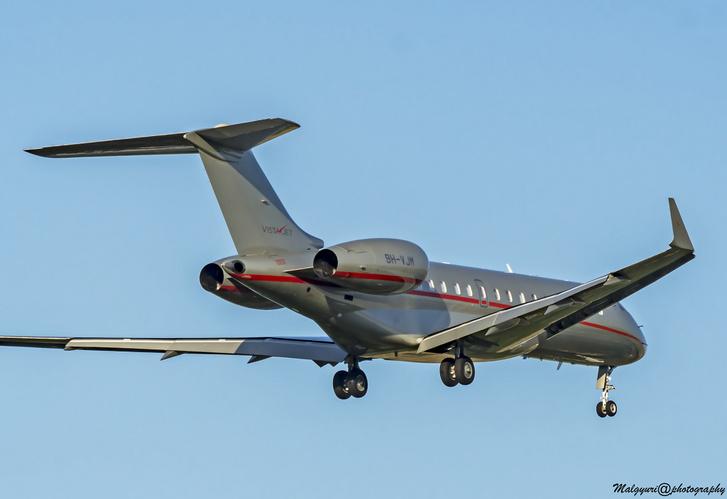 Egy repülőfotózással foglalkozó olvasónk landolás közben fotózta le a gépet az erkélyéről.