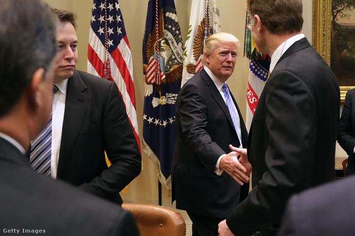 Donald Trump üdvözli a Corning vezérgazgatóját, Wendell Weekset a Fehér Házban rendezett találkozón 2017. január 23-án, mellette Elon Musk a Tesla alapítója