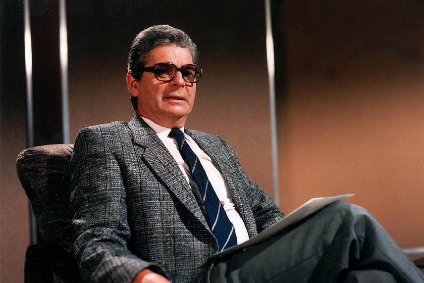 A Kékfény első műsorvezetője Szabó László volt, akit 1965 és 1989 között látta el ezt a feladatot. 2015-ben hunyt el 85 éves korában.