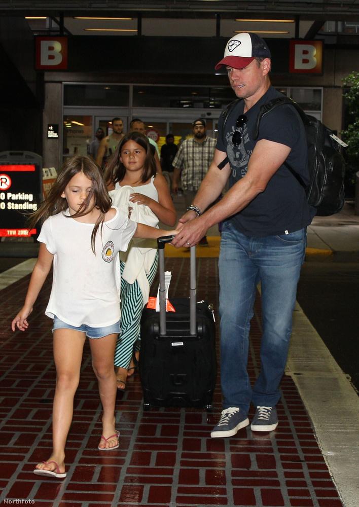 A kisebbik, Stella egy másodpercre sem volt hajlandó elengedni apukája kezét, ezért Damonnak nem volt könnyű dolga a húzós bőrönddel