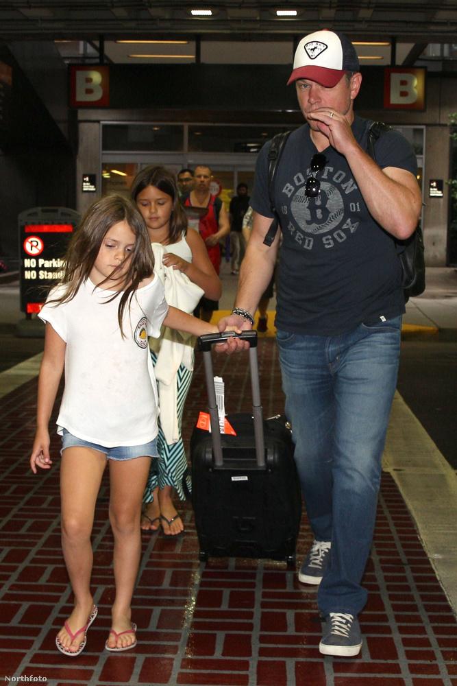 De ami a legfontosabb, hogy nem egyedül utazott, vele volt négy gyerekéből kettő, Stella és Gia is