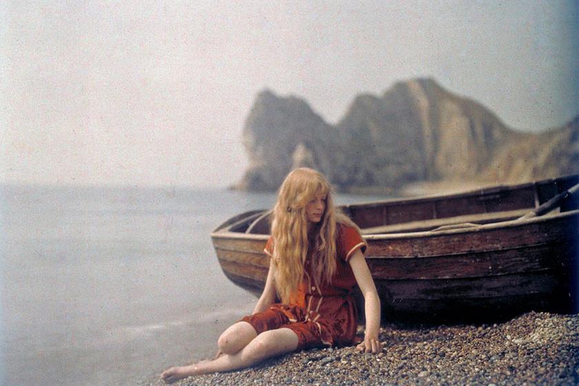 Christina vörösben, ez a kép címe, és 1913-ban készült. A gyönyörű hölgyön megmosolyogtató piros fürdőruha van.