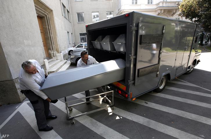 A hűtőkocsiban talált holttesteket szállítják el 2015. augusztus 28-án