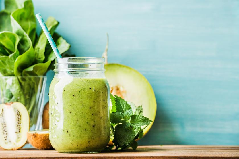 200 gramm cukordinnye, két hámozott kivi és egy csokor salátalevél felhasználásával 148 kalóriás italt kapsz. A kivi igazi C-vitamin-bomba, a saláta az epekiválasztást serkenti, a dinnye vízhajtó.
