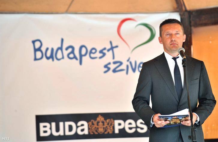 Rogán Antal az V. kerület polgármestere beszédet mond a Budapest szíve program keretében átépített és felújított Károly körút és Március 15. tér ünnepélyes átadásán a Deák Ferenc téren, 2011 szeptemberében