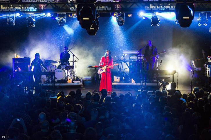 Natasha Khan művésznevén Bat for Lashes brit-pakisztáni énekesnő dalszerző koncertje a Telekom Electronic Beats fesztiválon a fővárosi Akvárium Klubban 2016. november 4-én.