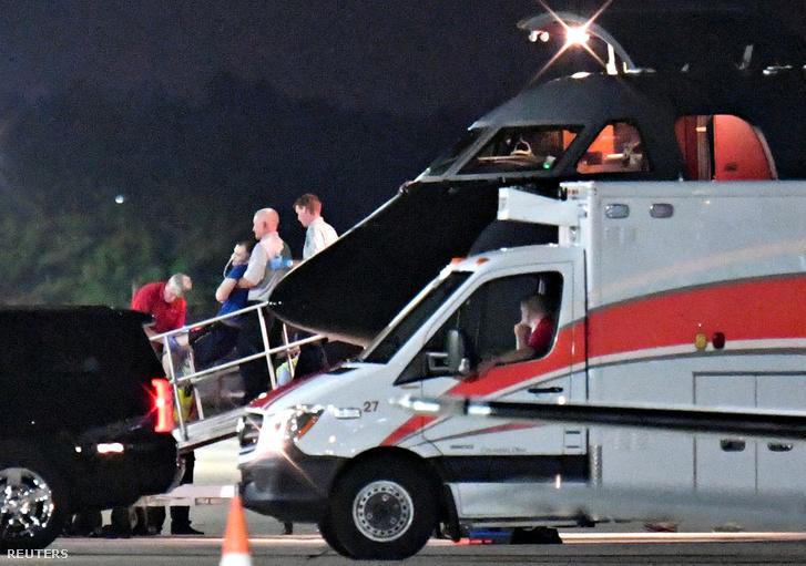 Feltehetően a kómában lévő Warmbier-t emelik le a repülőről 2017. június 13-án