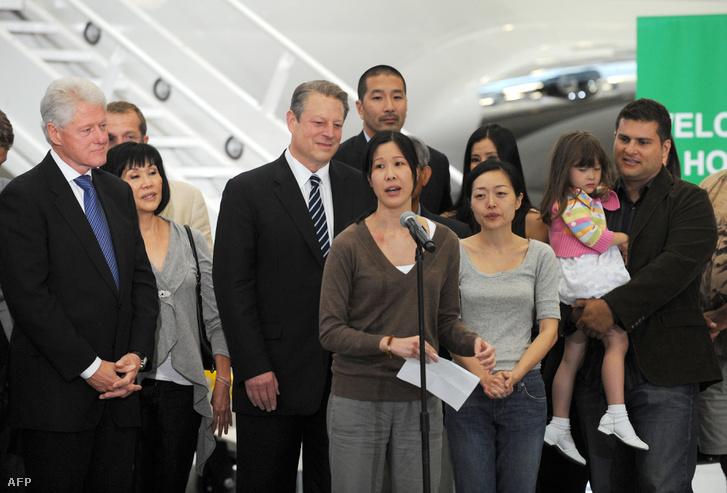Laura Ling (középen) és Euna Lee (balról a harmadik) kiszabadulásában Bill Clinton phenjani látogatása játszott szerepet 2009-ben