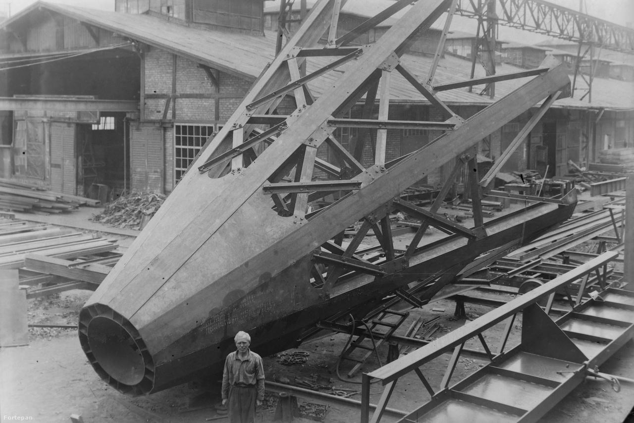 Hajófelépítmény és építője. A vasszerkezet oldalán krétával rótt számítások segítenek eligazodni mit, hová és hogyan kell beszerelni, ami máig bevett szokás a hajóépítésben.