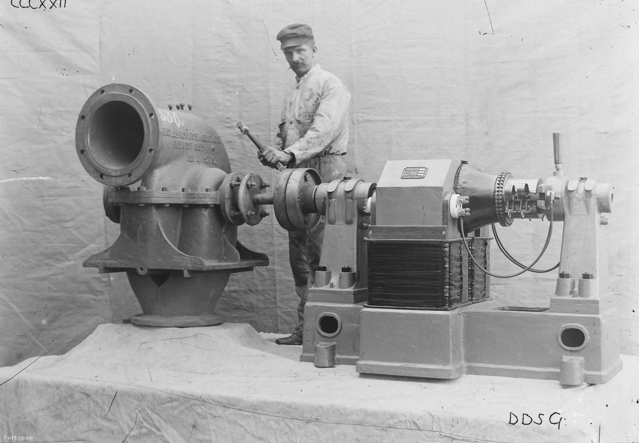 1895-ben készül öntöttvas Ganz turbinával és a hozzá kapcsolt korszerű elektromotorral pózoló munkás az Óbudai Hajógyárban, talán valamikor 1920 és 1940 között. A kép valószínűleg promóciós céllal készült (brosurába, katalógusba, gyárismertetőbe stb), erre utal a műteremszerű kialakítás, a vászonnal takart háttér és emelvény.