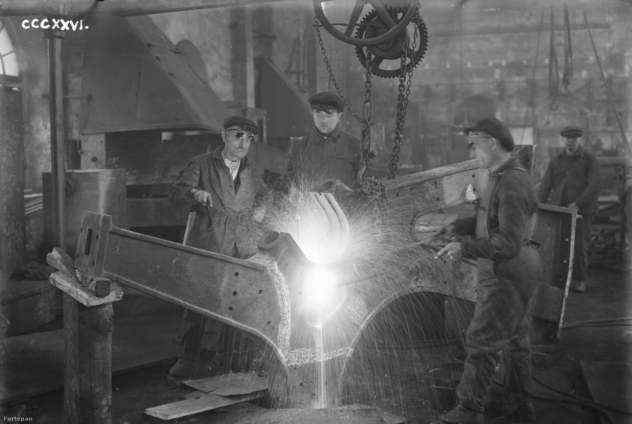 A nehézipari teremtő munka legszebb manifesztációja a fröcskölő forró fém. A munkavédelem még gyerekcipőben jár, védőszemüveg már van, de persze senki sem használja, a kesztyű is csak felesleges luxus.