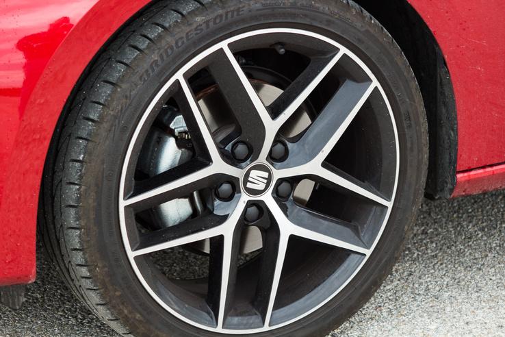 A gumin szerencsére nem spóroltak, jófajta, tapadós Bridgestone-ok kerültek a 18 kerekekre