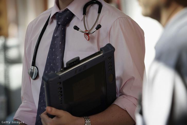 Ingben és nyakkendőben kezdi meg a körútját az osztályán egy szakorvos egy birminghami kórházban.