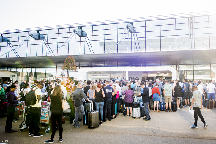 Várakozó utasok a brüsszeli váróban.