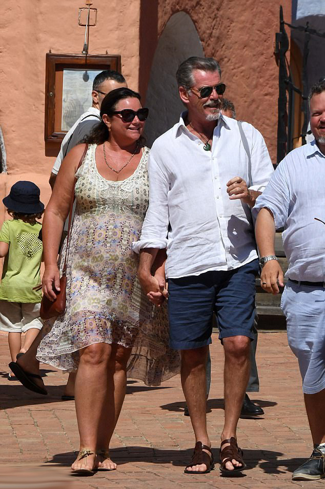 Pierce Brosnan és felesége, Keely Shaye Smith tegnap érkeztek meg Szardínia szigetére.