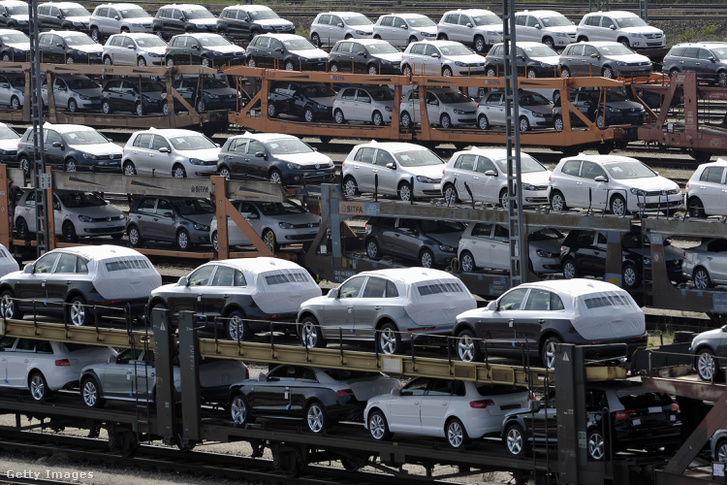 Exportra váró Audik és Volkswagenek egy müncheni telephelyen.