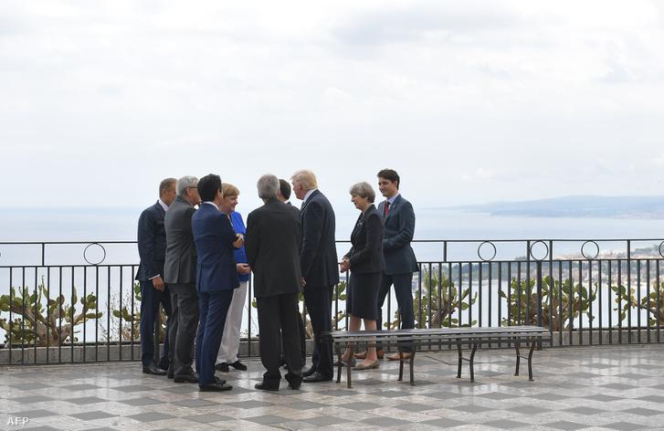 Donald Trump és európai vezetők beszélgetnek a G7-csúcs közös fotózása előtt egy taorminai teraszon