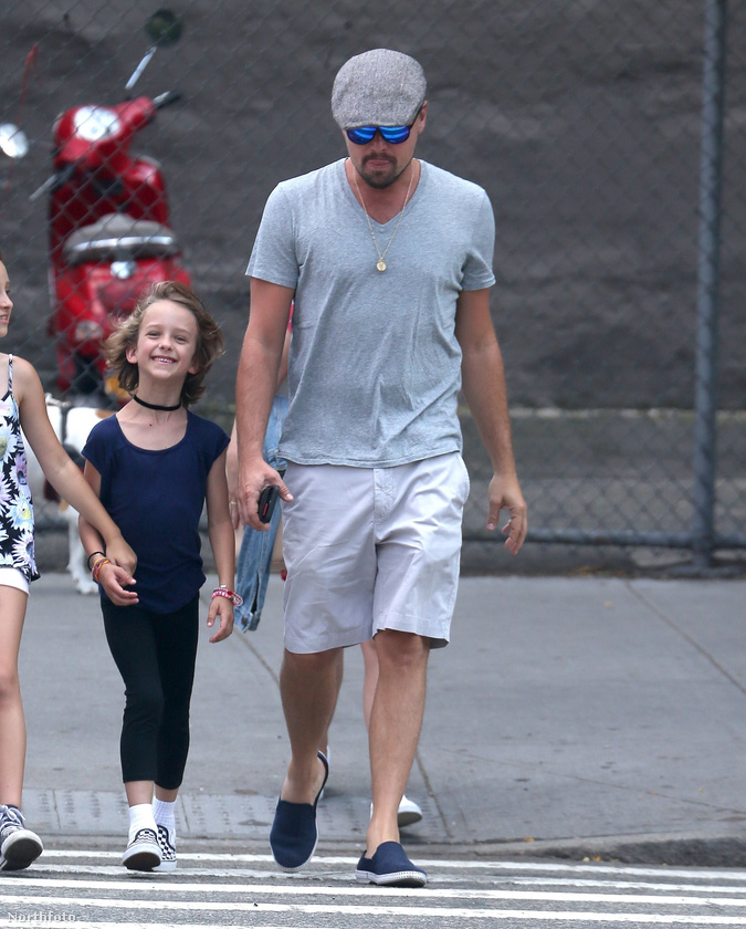 A szél is segít az áttekintésben, nézze csak! Egyébként az, hogy ilyen jól megfigyelhető a színész új, szúnyoghoz hasonlítható alkata, annak köszönhető, hogy június 13-án New York utcáin közlekedett a barátaival és azok gyerekeivel
