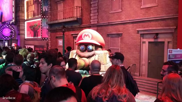 Super Mario tankpilótaként lapul a Nintendo standján.