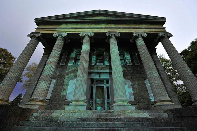 A ma múzeumként működő Baker-ház falai mintha minden téglában megőrizték volna az apa tekintélyt parancsoló voltát és Anna szenvedését.