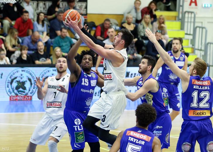 Troy Barnies a Szolnok (k) és és James Farr a Fehérvár játékosa a férfi kosárlabda NB I Szolnoki Olaj KK - Alba Fehérvár mérkőzésén a szolnoki Tiszaligeti Sportcsarnokban 2017. április 30-án.
