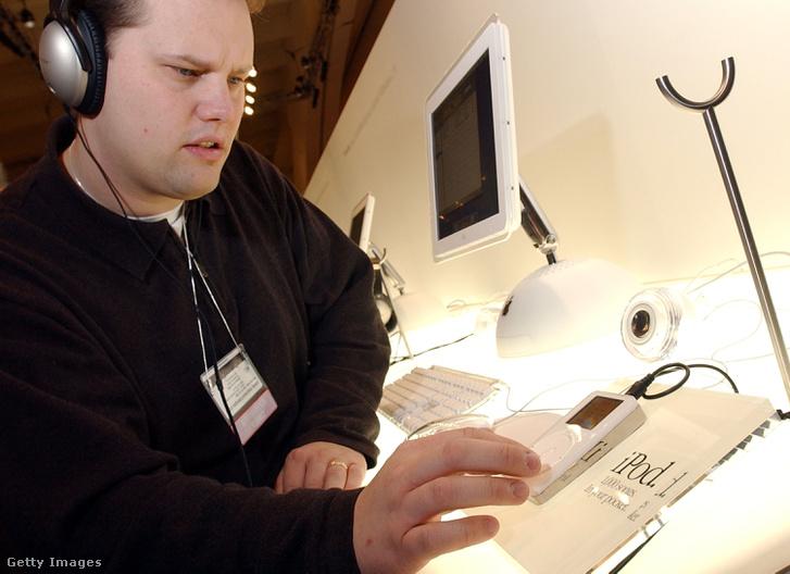 Egy techkiállításon szereplő iPod 2002-ből.