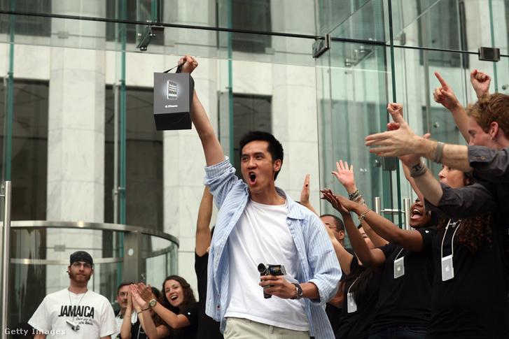Extázisban az első iPhone-tulajok New Yorkban, az árusítás kezdetekor, 2007. június 29-én.
