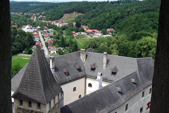 A várkápolna felett végtelen csigalépcső vezet fel a toronyba, de megéri, mert onnan ilyen kilátás nyílik a várra.