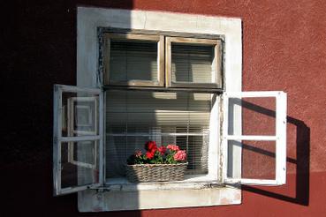 Egymás mellet sorakoznak a műemlék jellegű kis házak.