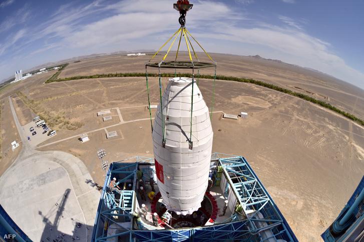 Az Insightot rejtő orrkúpot felszerelik a rakéta csúcsára